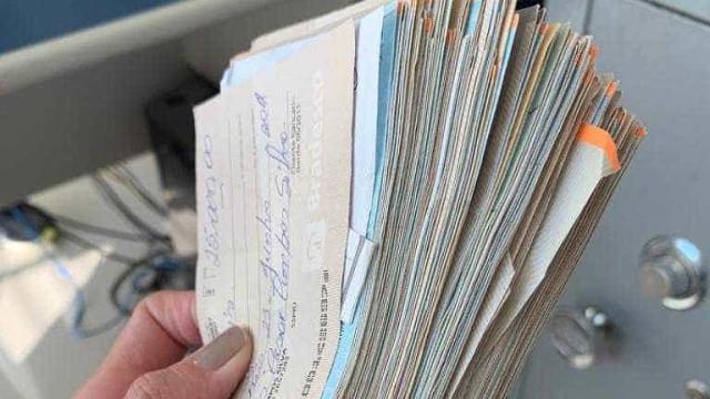 Operação acha cheques e carros com ex-PM ligado ao caso Queiroz