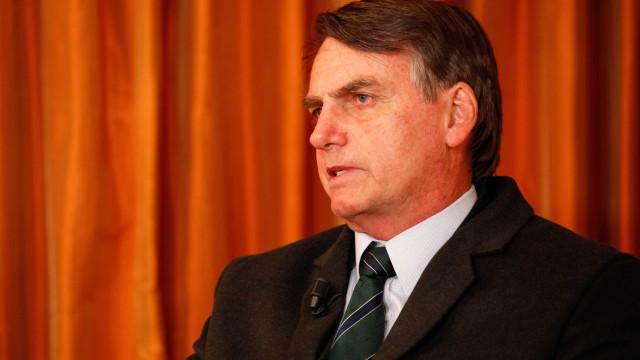 Bolsonaro mantém melhora e caminhadas fora do quarto, diz boletim