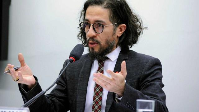 Jean Wyllys revela onde está vivendo e ataca Bolsonaro: 'Moleque'