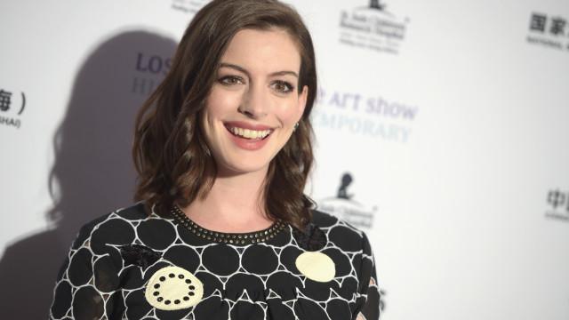Anne Hathaway pede desculpas por sem querer associar deficiência com bruxaria