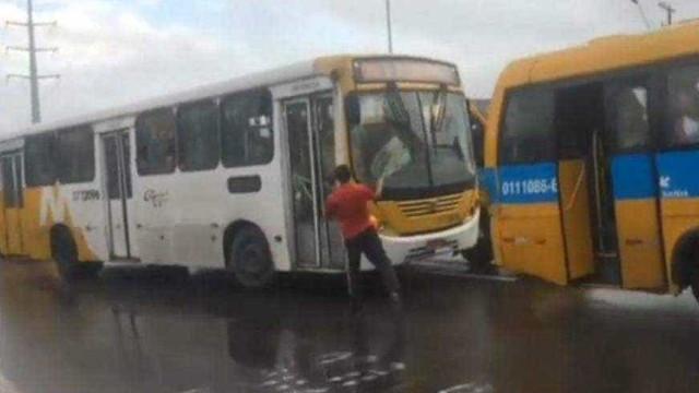 Motoristas brigam e quebram ônibus com passageiros em Manaus; vídeo