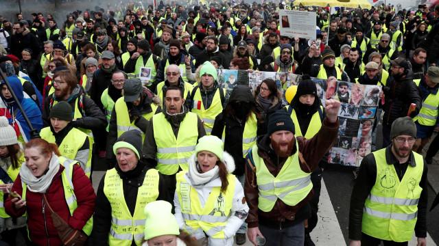 'Coletes amarelos' voltam às ruas, mas líder fica ferido