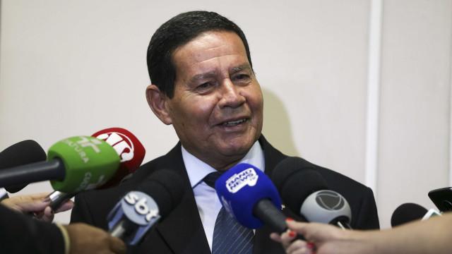 Mourão contrapõe fala de Carlos: 'Democracia é fundamental'