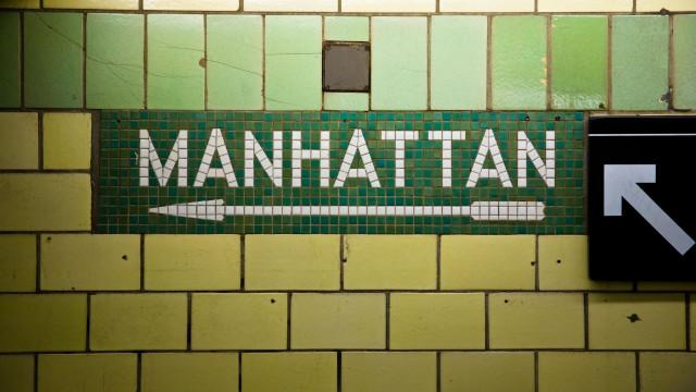 Mãe com bebê no colo morre ao cair de escadas em metrô de Nova York