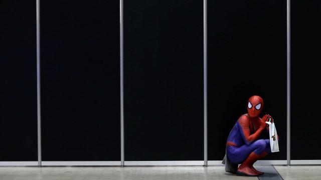 Homem se veste de homem-aranha no último dia de trabalho; veja