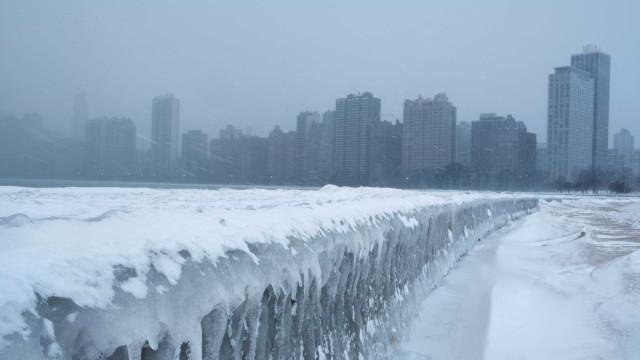 Temperaturas negativas transformam lago congelado em cenário de filme