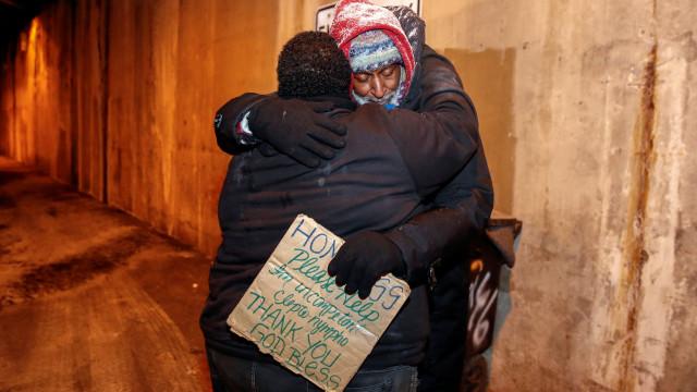 Anônimo paga hotel para 70 desabrigados não ficarem no frio em Chicago