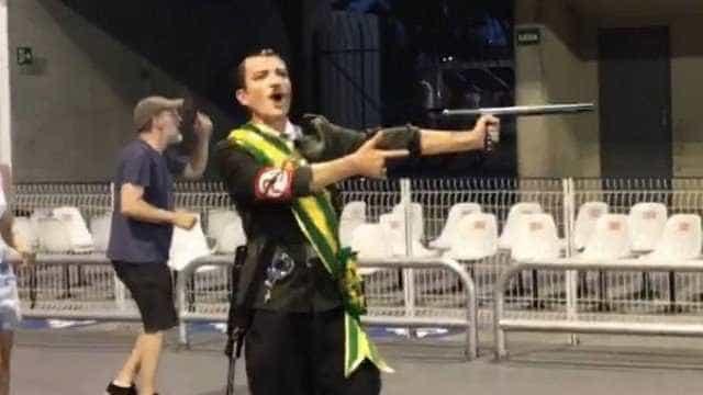 Águia de Ouro pede desculpa por 'Hitler' com faixa presidencial
