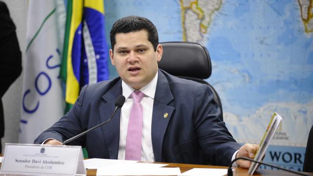 Alcolumbre rebate consultor e defende solução interna sobre reeleição