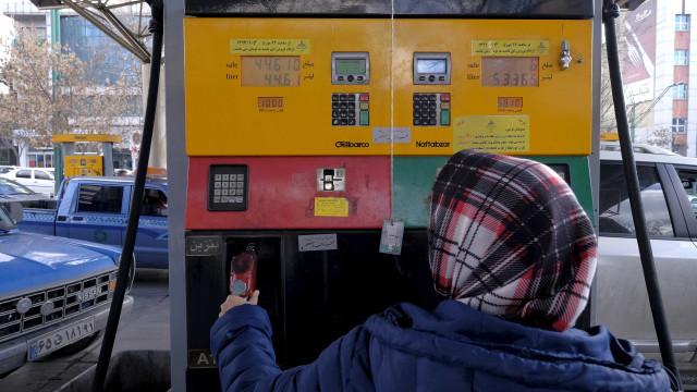 Itália e Grécia suspendem compra de petróleo do Irã
