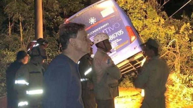 Bombeiros tentam resgatar passageiros de ônibus após chuva