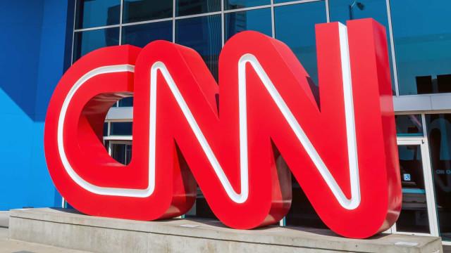 Repórter da CNN Brasil é assaltada ao vivo por homem com faca