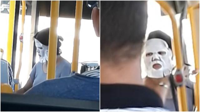Mulher viaja de transporte público com máscara de beleza no rosto