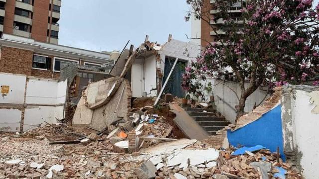 Casa desaba com família dentro após construtora demolir imóvel vizinho