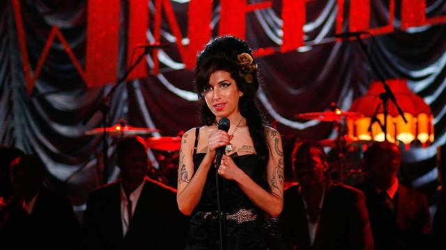 Amy Winehouse e outros artistas que fazem sucesso em parcerias póstumas