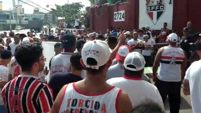 Torcida do São Paulo faz protesto em frente ao CT