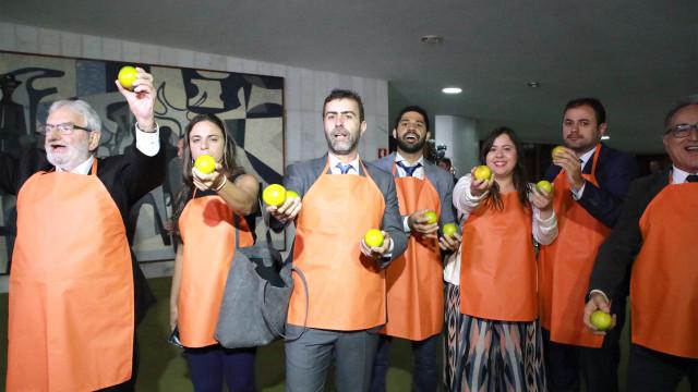 Deputados do PSOL fazem protesto contra 'laranjal do PSL'