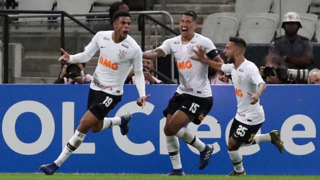 Gustavo passa por exames no Corinthians para saber gravidade de lesão