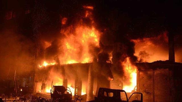 Vídeo mostra incêndio que matou pelo menos 70 pessoas em Bangladesh