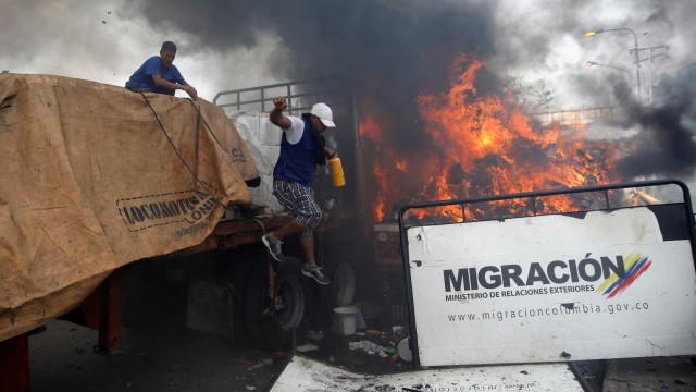 Vídeo indica que regime Maduro não incendiou caminhão de ajuda