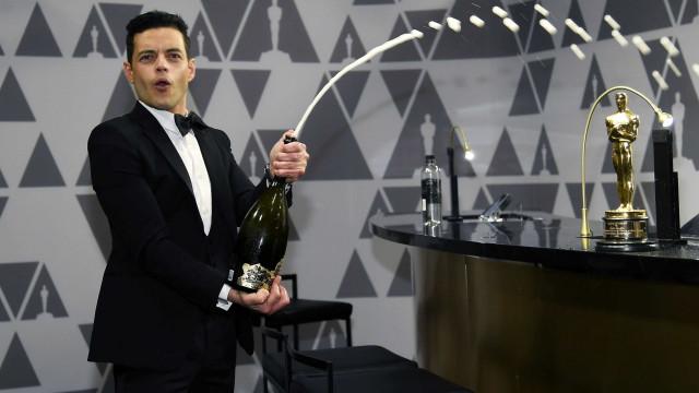 Depois de receber prêmio de Melhor Ator, Rami Malek cai do palco
