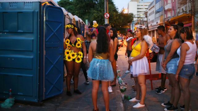 Prefeitura de SP multa 46 por xixi na rua durante o pré-carnaval