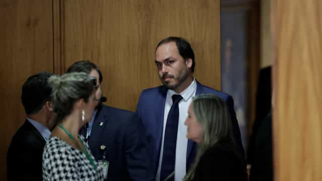 Bolsonaro diz que vai escalar filho Carlos em defesa da Previdência