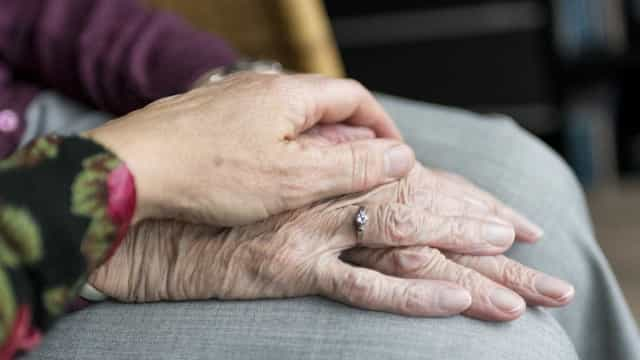 Damares planeja propor permissão para adoção de idosos