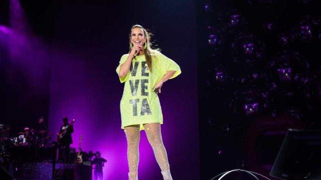 'Meu coração está explodindo de felicidade', diz Ivete em bloco