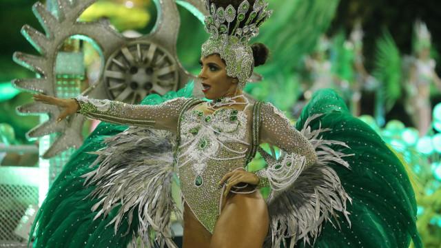 Com atraso, escolas de samba desfilam na Sapucaí
