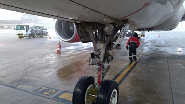 Avião sai da pista durante pouso no Rio e assusta passageiros