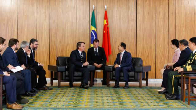 Ao lado do embaixador chinês, Bolsonaro diz que irá ao país este ano