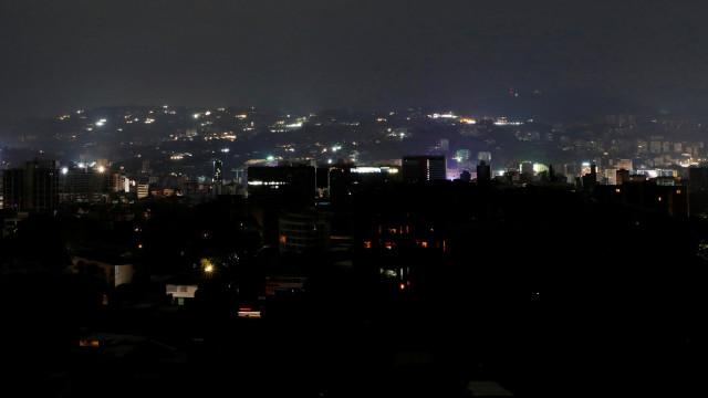 Energia elétrica volta em parte de Caracas; blecaute continua