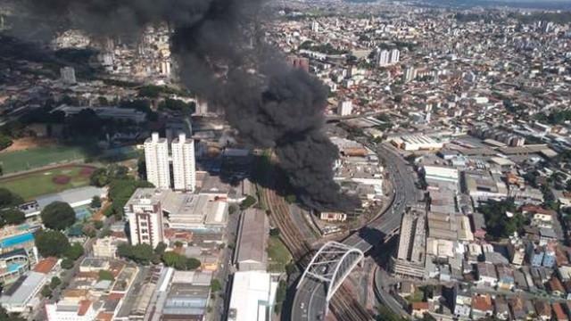 Incêndio atinge empresa têxtil e assusta moradores de Belo Horizonte