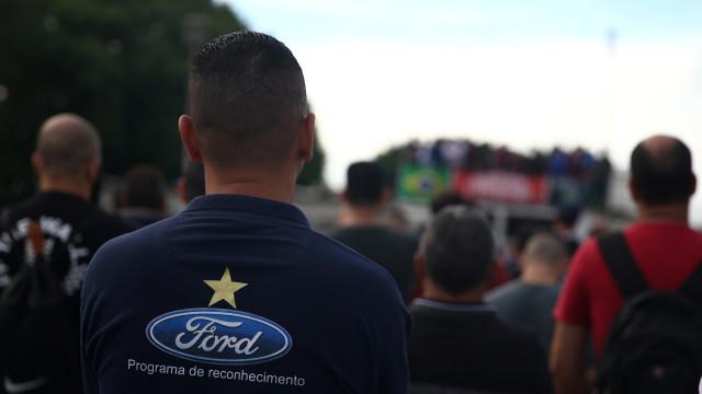 Em protesto, funcionários penduram uniformes em frente à fábrica da Ford