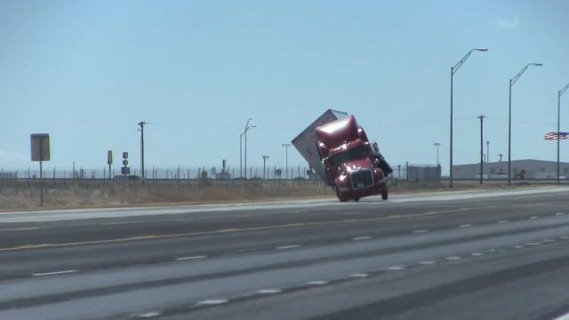 Ventos fortes tombam caminhão no Texas