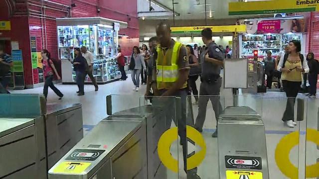 Cadeira de rodas presa em esteira provoca tumulto em Metrô de SP