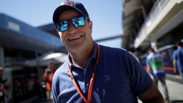 Tenho sido muito melhor não falando de F-1, diz Barrichello