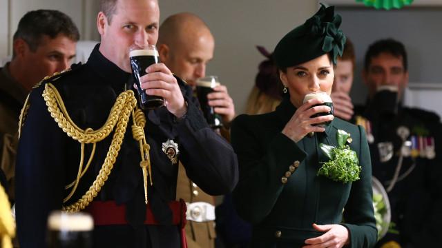 William e Kate Middleton festejam feriado bebendo cerveja; fotos