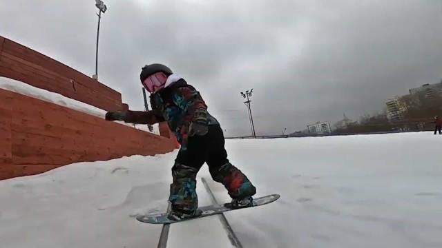 Snowboarder de 5 anos impressiona com suas habilidades