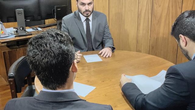 Carlos Bolsonaro empregou assessor ligado a Queiroz