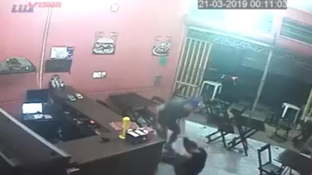 PM agride mulher em lanchonete por 'pedido errado'; vídeo