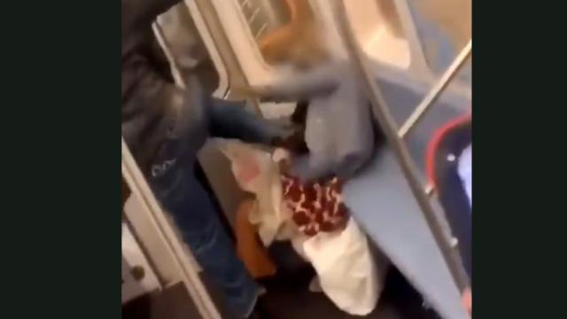 Idosa é agredida no metrô e passageiros não intervêm; vídeo