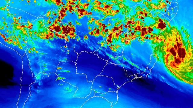 Tempestade tropical se aproxima da costa brasileira