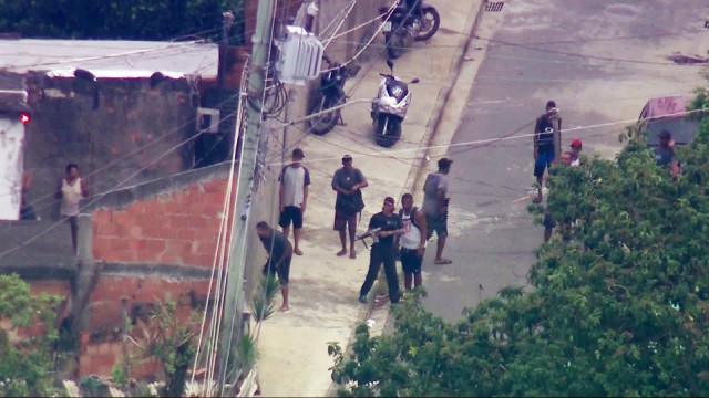 Criminoso com tornozeleira eletrônica é flagrado com fuzil no Rio
