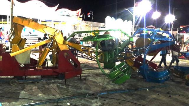 Brinquedo de parque de diversões desaba e deixa crianças feridas