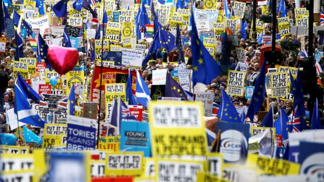 Parlamento britânico rejeita alternativas ao acordo do brexit