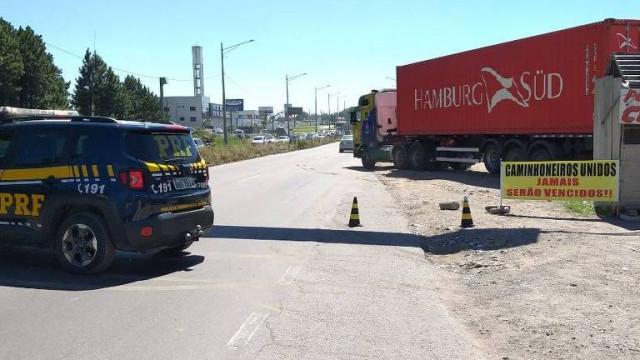 Caminhoneiros fazem carreata na Linha Verde em Curitiba