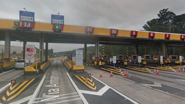 Colisão de carro com cabine de pedágio deixa um morto e 3 feridos em SP