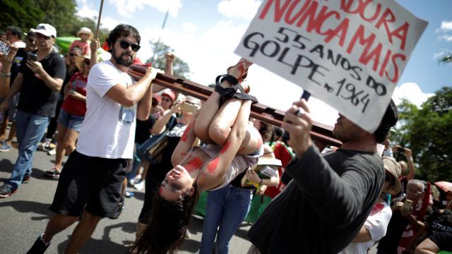 Manifestantes protestam contra ditadura militar no Brasil